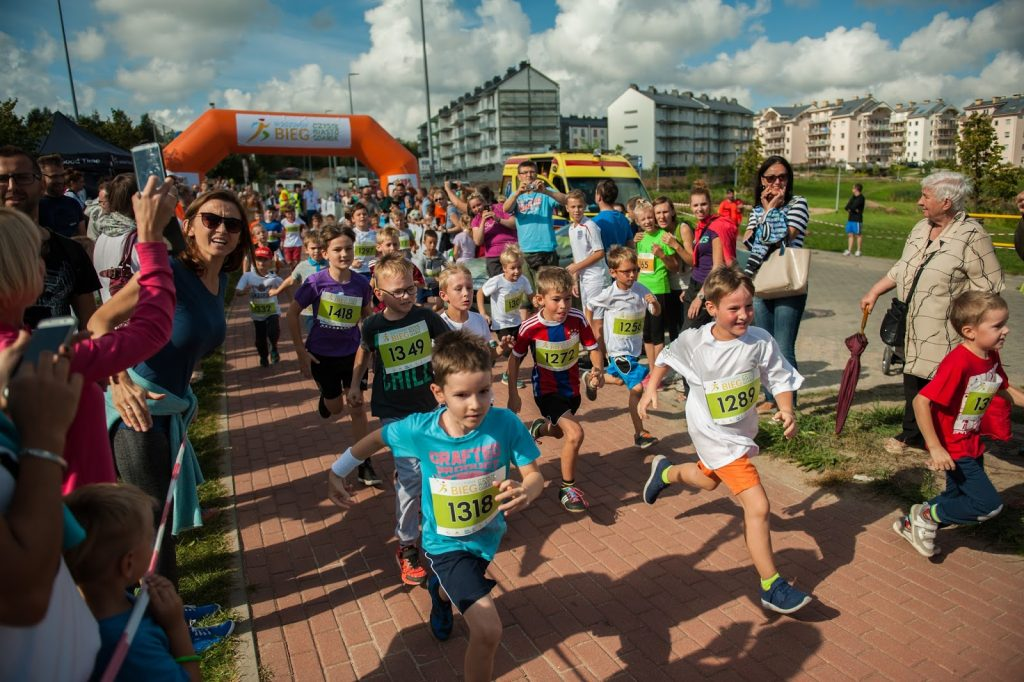 dzieci-biegna